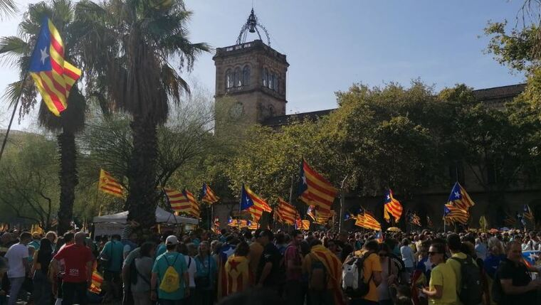 La manifestació de la Diada en el seu pas per la plaça de la Universitat de Barcelona
