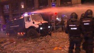 El camió d'aigua dels Mossos ja ha entrat en acció