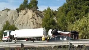 Tallada l'A-2 per l'accident d'un camió
