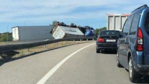 Un camió pateix una sortida de via a l'AP-7