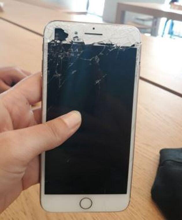 Noia mòbil trencat a Barcelona