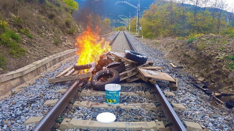 Els CDRs han tallat un tram de vies de tren de l'R3