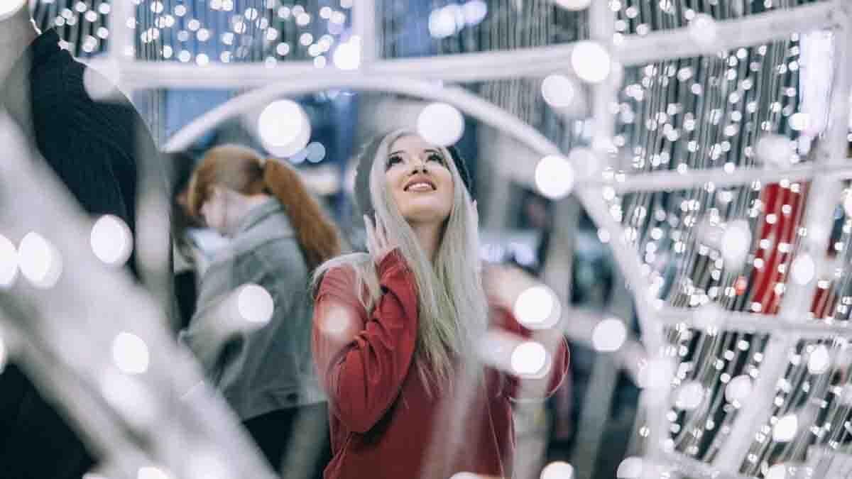 Dona entre llums nadalenques