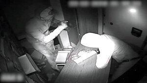 Dos dels lladres captats per una càmera de seguretat del taller de joieria mentre feien el butró, el passat mes de febrer del 2019