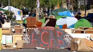 La Guàrdia Urbana desallotja l'acampada de plaça Universitat després de 20 dies
