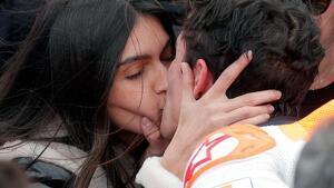 Marc Márquez i Lucía Rivera es besen apassionadament