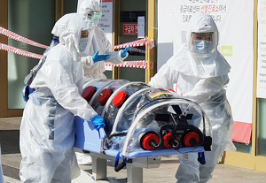 Un pacient sospitós d'haver-se contagiat de coronavirus arribant a un hospital de la Xina el 19 de febrer de 2020