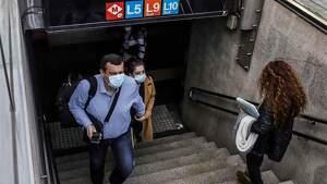 Personas con mascarilla saliendo del metro de Barcelona