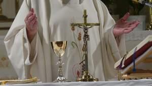 Mans d'un mossèn fent missa en una església