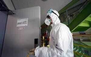 Persona equipat amb mascareta i equip contra el contagi del coronavirus