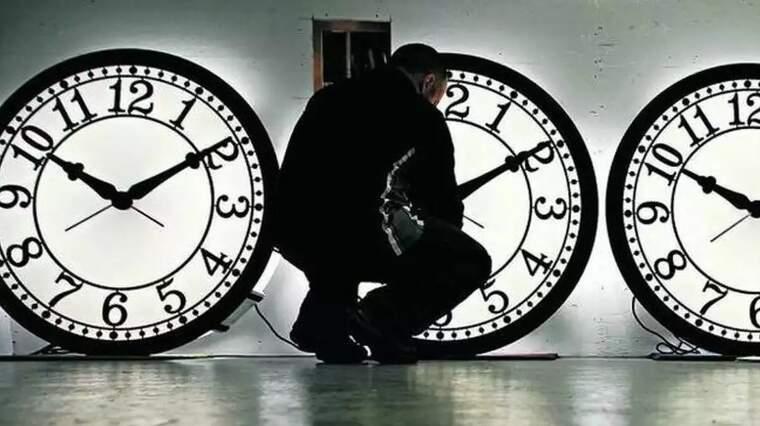 Imagen de un operario reparando unos relojes en un ayuntamiento