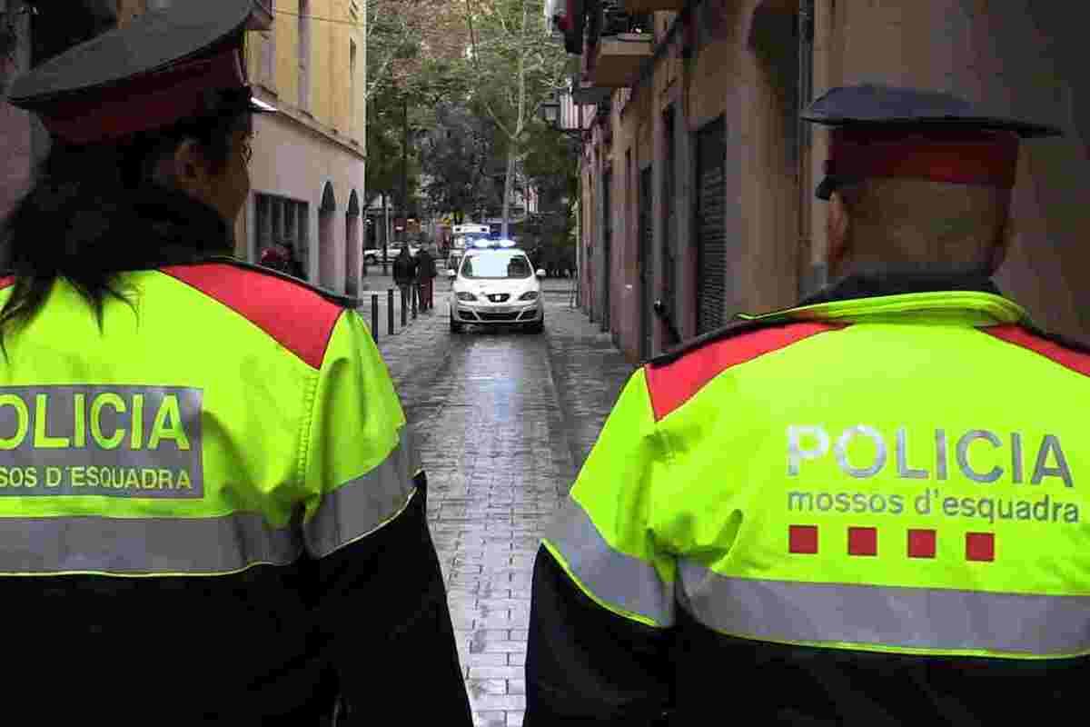 Pla mitjà de dos agents dels Mossos d'Esquadra d'esquena patrullant per Ciutat Vella, publicada el 23 de novembre de 2018
