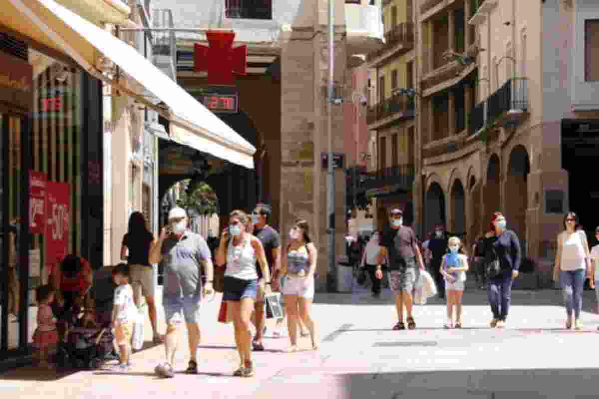 Diverses persones passejant amb mascareta per Lleida el 5 de juliol de 2020