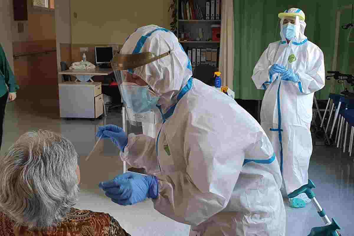 Imatge d'un personal sanitari extraient mostres de PCR en una usuària d'una residència gironina el 25 de maig de 2020