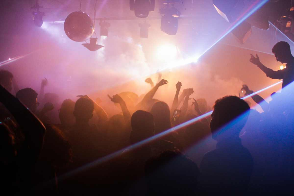 Imatge de gent ballant en una festa d'una discoteca
