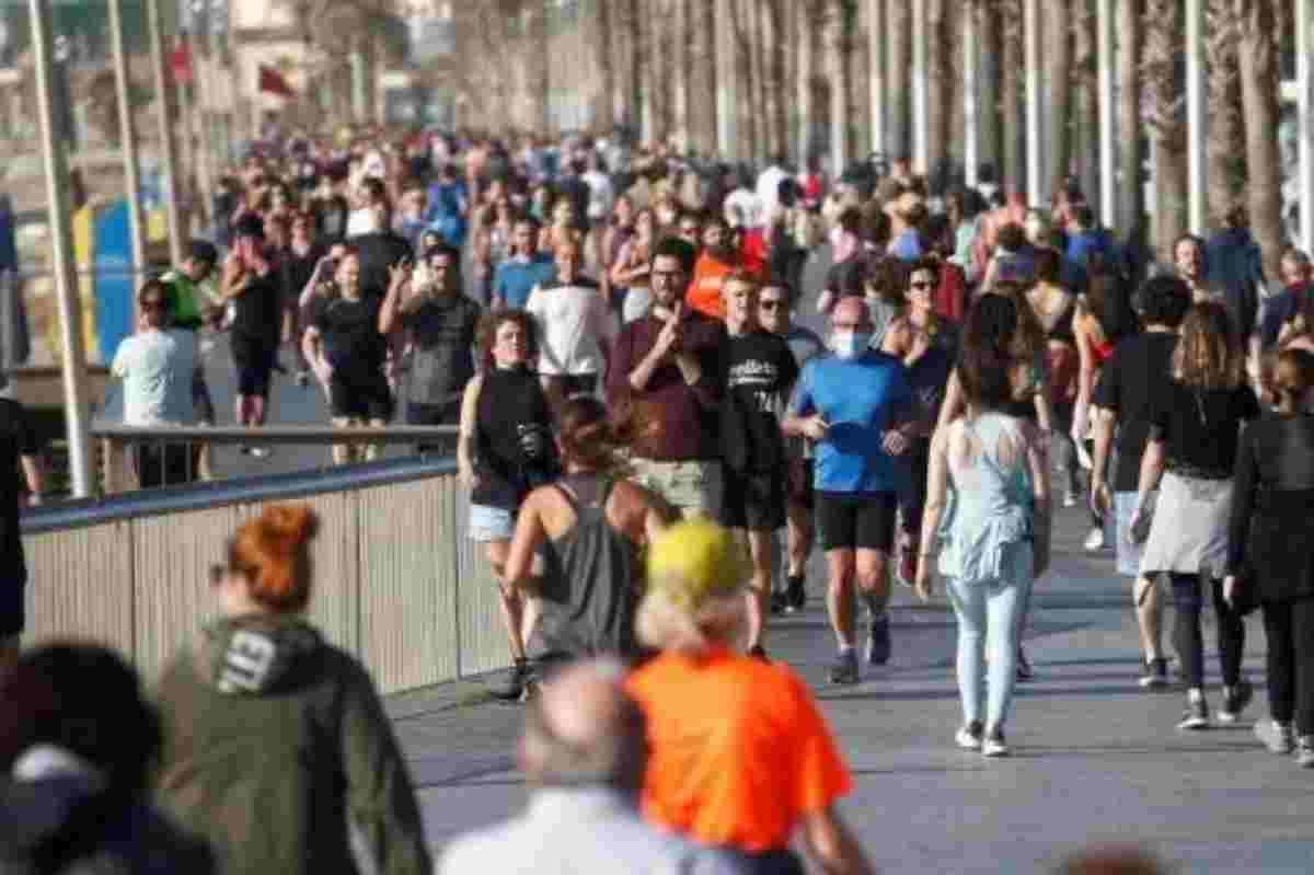 Imatge de persones passejant pel carrer després de la desescalada del coronavirus