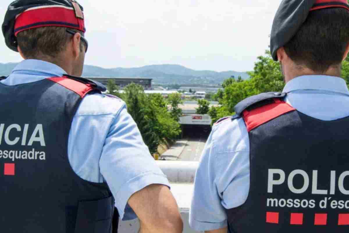 Dos agents dels Mossos d'Esquadra vigilen la zona, 2020
