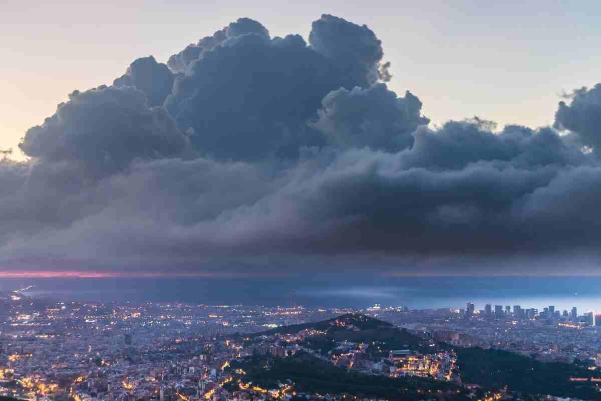Imatge d'una nuvolada davant la costa de Barcelona