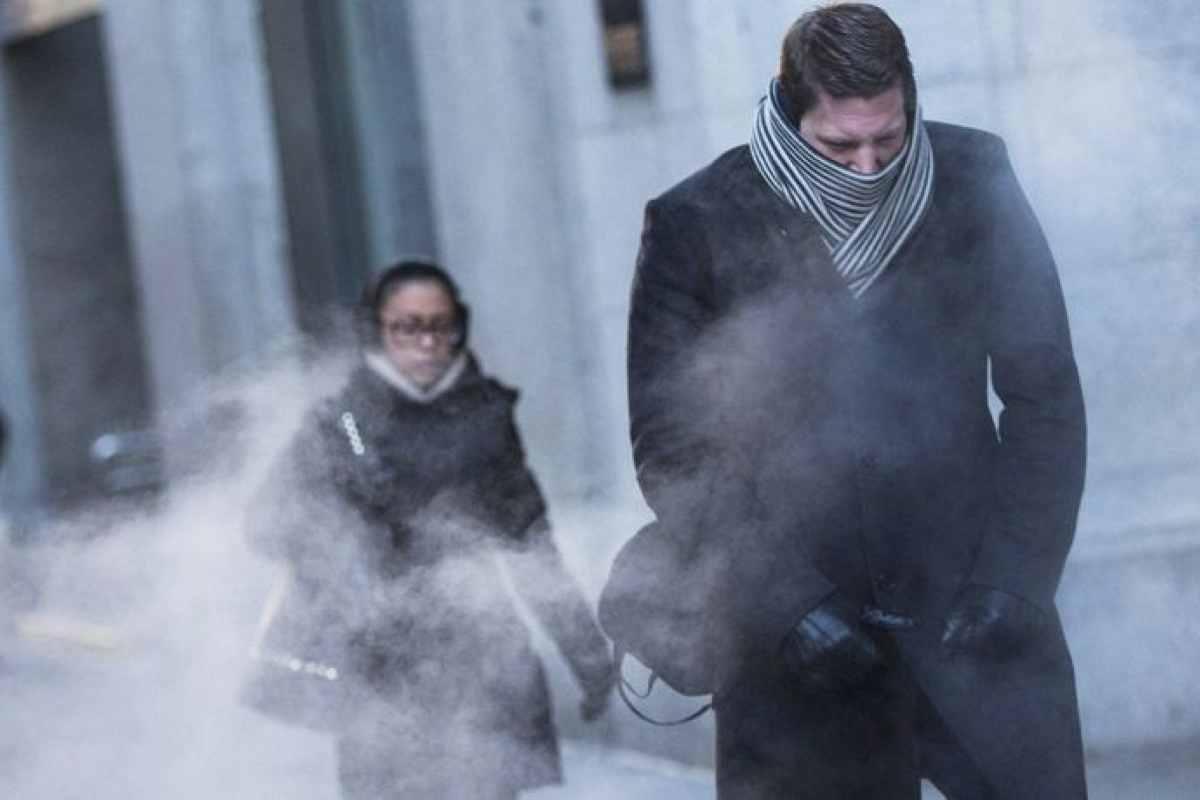 Imatge d'unes persones caminant pel carrer en plena onada de fred