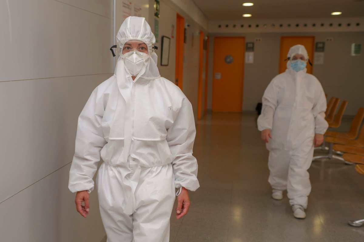 Dues infermeres de l'Hospital Joan XXIII uniformades amb l'equip de protecció per atendre casos de coronavirus