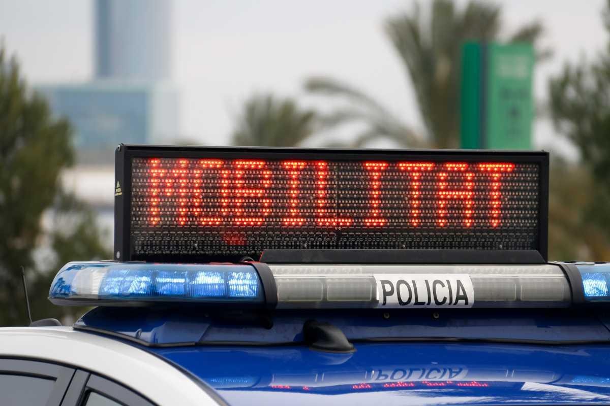 Un vehicle de policia amb un avís sobre la mobilitat restringida a Catalunya