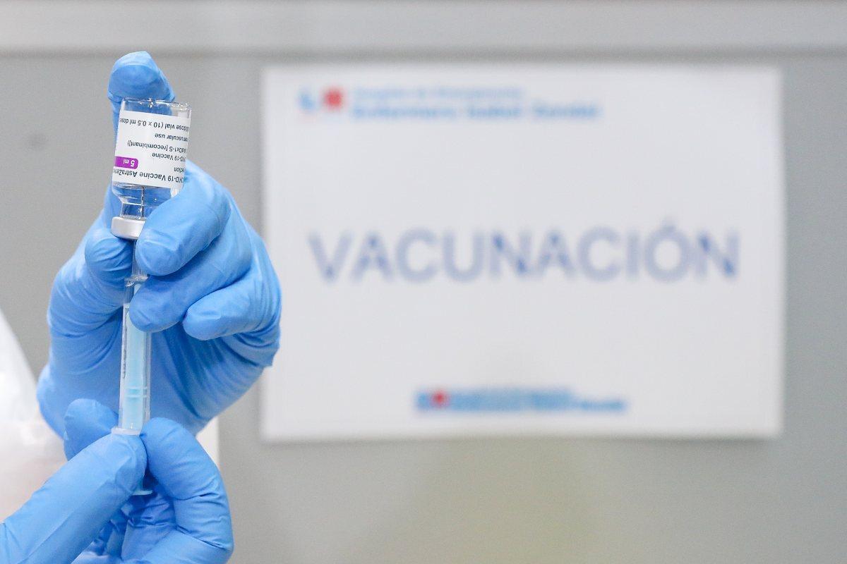 Un vial amb diverses dosis de la vacuna contra el coronavirus a la mà del personal sanitari