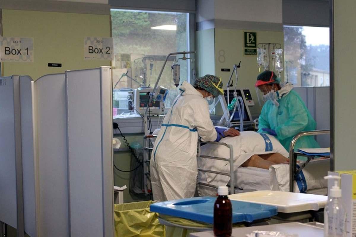 Pla general de l'atenció en una de les UCI de l'Hospital Josep Trueta de Girona