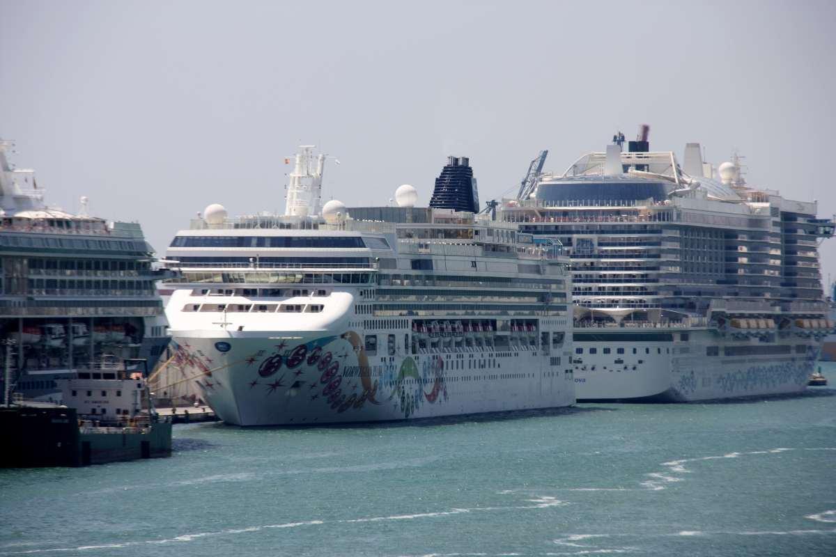Pla curt del creuer Norwegian Pearl de la companyia Cruise Norwegian està atracat al Port de Barcelona