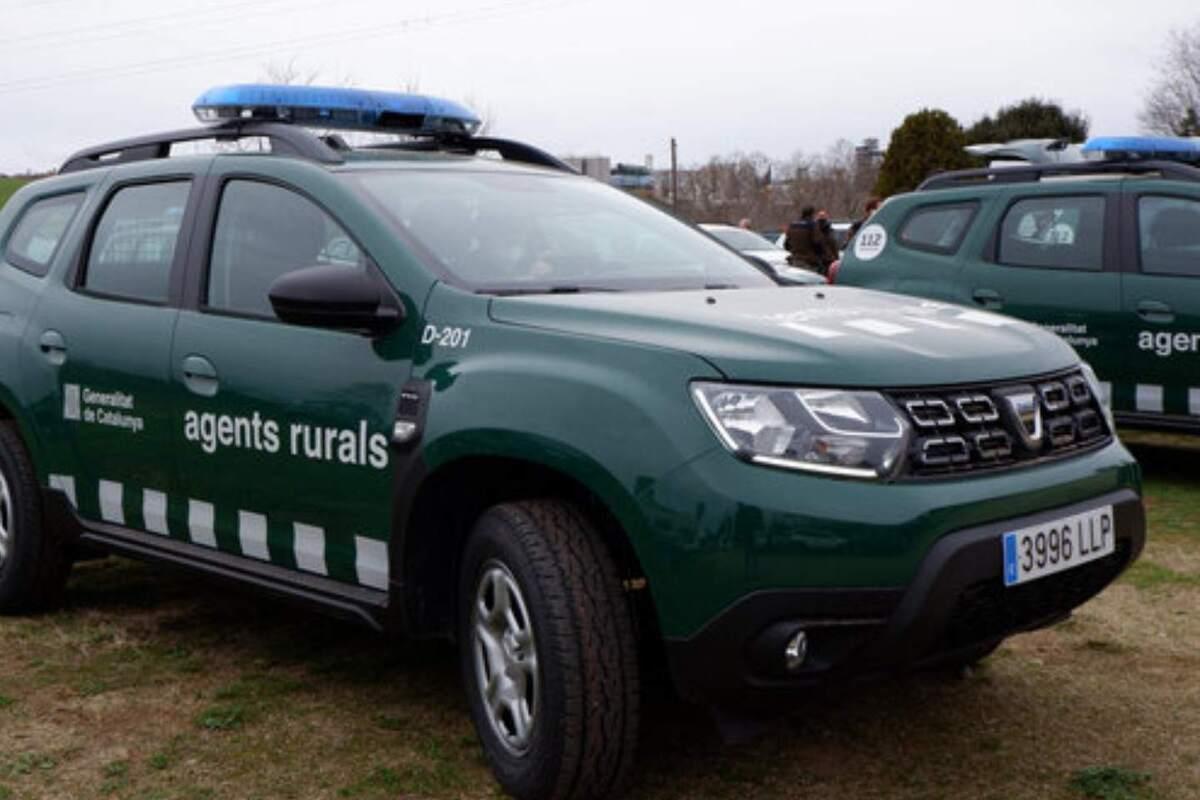 Imatge de dos cotxes dels Agents Rurals de Catalunya
