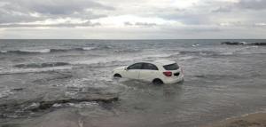Imatge del cotxe dins de la mar