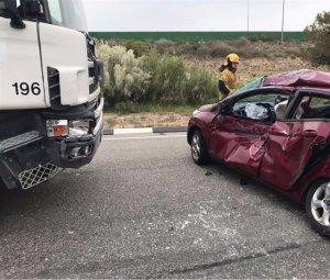 El cotxe després de xocar amb el camió