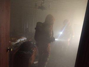 Els Bombers treballen per a sufocar el foc