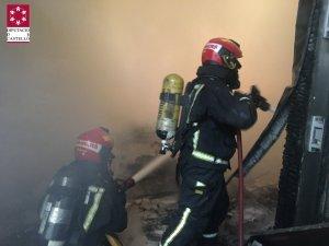 Els bombers treballen apagant el foc