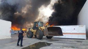 Imatge de l'incendi de l'exterior de la nau a Alboraia
