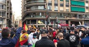 Feixistes i persones d'extrema dreta fent la salutació nazi