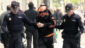 Imatge del 22 de febrer de 2017 en la qual la Policia Nacional condueix a l'home ara condemnat per a fer una reconstrucció dels fets en el seu habitatge.