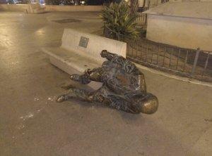 Imatge de l'estàtua arrancada