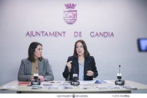 L'alcaldessa de Gandia i màxima representant en matèria turística de la ciutat, Diana Morant, acompanyada per la tècnica de Turisme, Olatz Megía