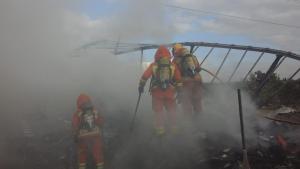 Efectius de bombers extingint les flames