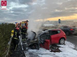 Imatge de la intervenció dels bombers en l'accident de l'A-7 a la Vall d'Uixó