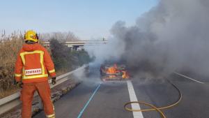 Imatge del cotxe en flames a l'AP-7