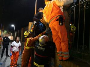 Imatge del rescat de l'home atrapat a la tanca