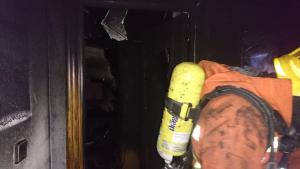 Imatge dels bombers dins de la vivenda a Albal