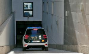 Imatge d'un cotxe de la Guàrdia Civil a l'entrada del jutjat de Paterna