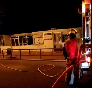 Bombers treballant en l'incendi a Guardamar