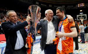 Imatge de Rafa Martinez, capità del València Basket, amb Juan i Fernando Roig