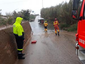 Imatge del cotxe atrapat per la pluja
