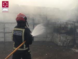 L'incendi està afectant l'exterior d'una fàbrica de taulells