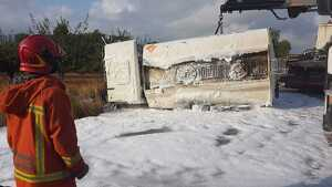 El camió bolcat en la Llosa de Ranes després de l'actuació dels bombers, abans de retirar-lo