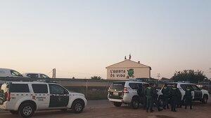 Els agents de la Guàrdia Civil arribant al Forn de la Barraca per a desallotjar-lo